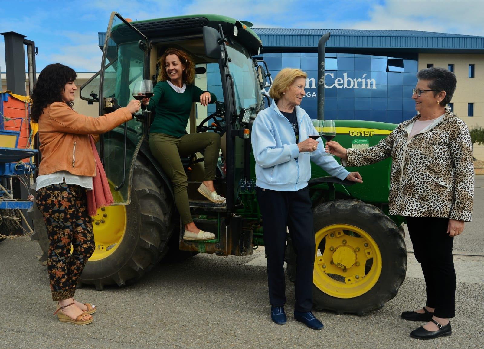 Foto mujeres rurales tractor san cebrín san asensio La Rioja vino